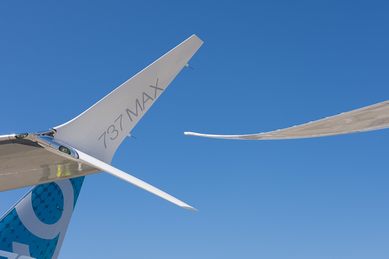 ボーイングがパリ航空ショー2017で展示するボーイング 787-10型機(右)、ボーイング 737 MAX 9型機(左)の翼端