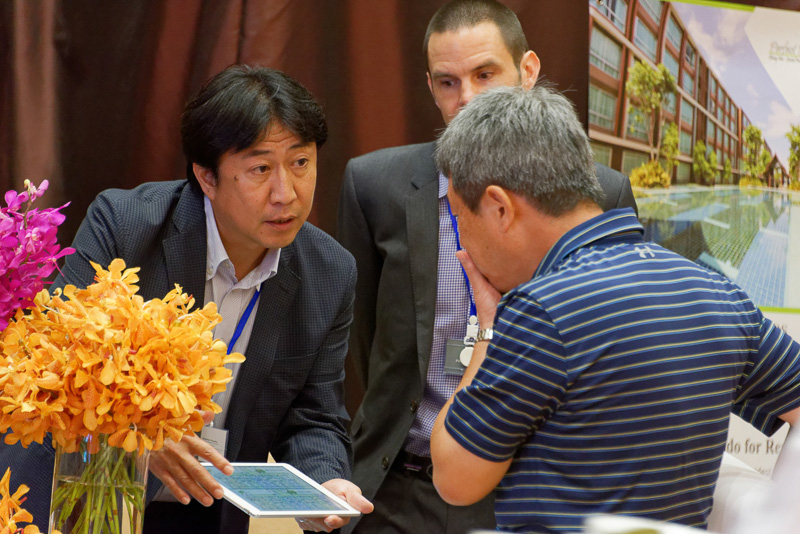 フォーラムに出展しているチェンマイの各施設の代表と真剣に話す参加者たち