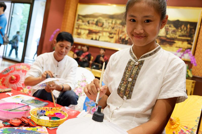 傘に筆で装飾する伝統工芸を体験可能