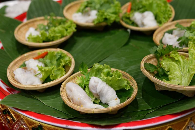 餡をココナッツミルクを含む薄焼きの皮で包んだ料理