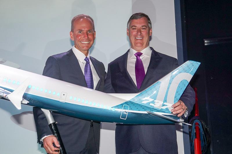 ボーイング 会長兼社長兼CEO デニス・ミュレンバーグ氏(左)、ボーイング 上級副社長・ボーイングコマーシャルエアプレーン(BCA)社長兼CEOのケビン・マクアリスター氏(右)