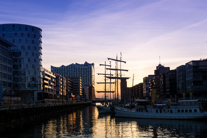 港町ハンブルク。運河沿いの倉庫街「シュパイヒャーシュタット」の夕暮れ。遠くにエルプフィルハーモニーを望んでいる