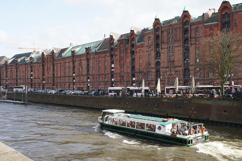 運河に沿って立ち並んでいるので、観光用ボートも頻繁に行き来している