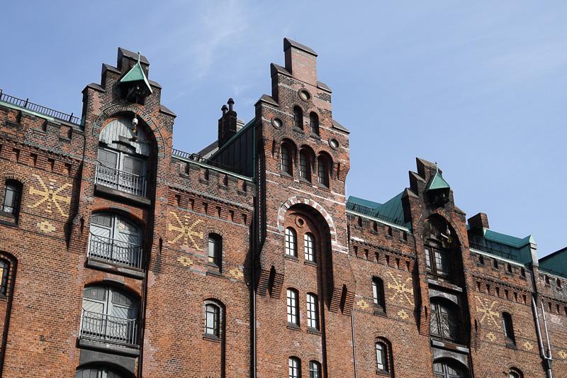 屋根部分には特徴的な装飾が施されている