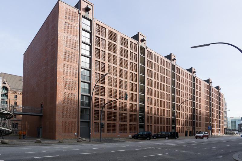 倉庫街の中間にある大きな駐車場も、赤レンガの作りに合わせたデザインで統一感がある