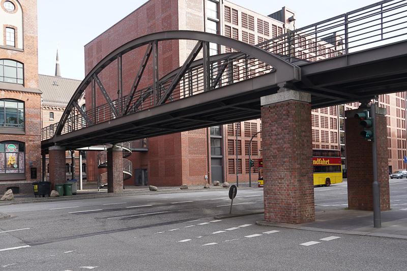 増水に備えて、高さのある避難橋がある