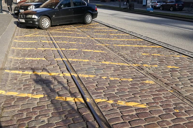 一部駐車スペースで使われている部分は、現在は使われていない線路があった