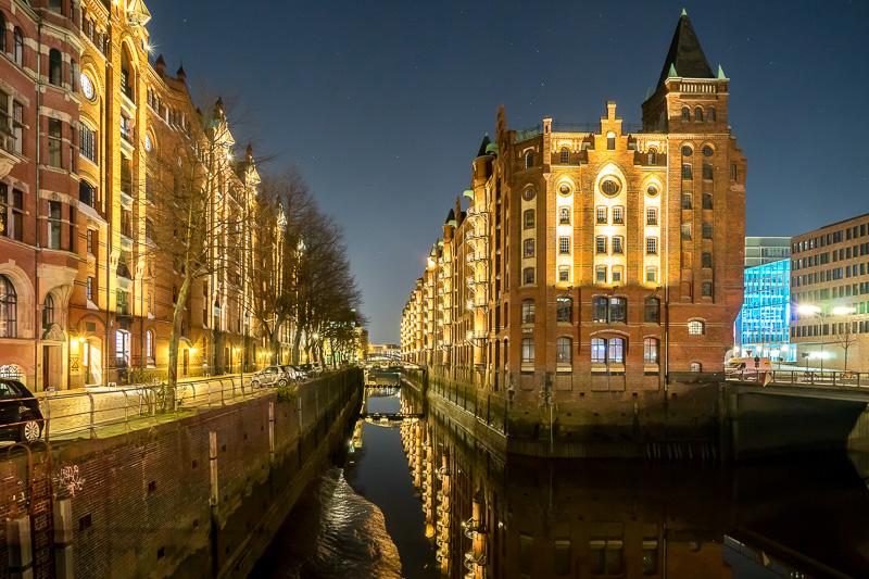 運河は夜になると、美しくライトアップされる