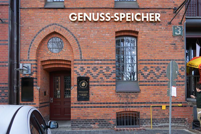 昔のコーヒー問屋の内装をそのまま残したコーヒーショップ「Genuss Speicher」