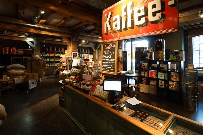 コーヒーショップの内部。コーヒー豆などが購入できるほか、飲食も可能