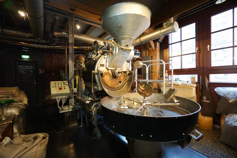 店内に無造作に焙煎機も置かれている。古い器具なども展示されている