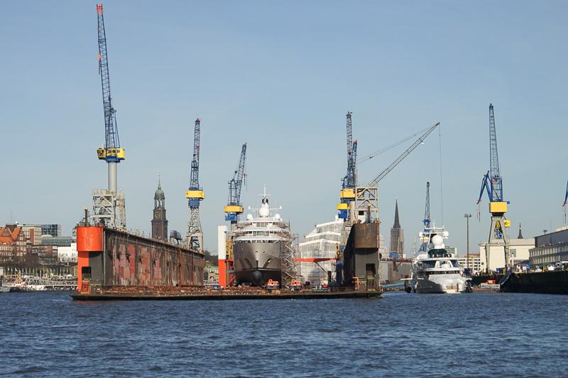 港には、船の建造や修理をする巨大なドックがある
