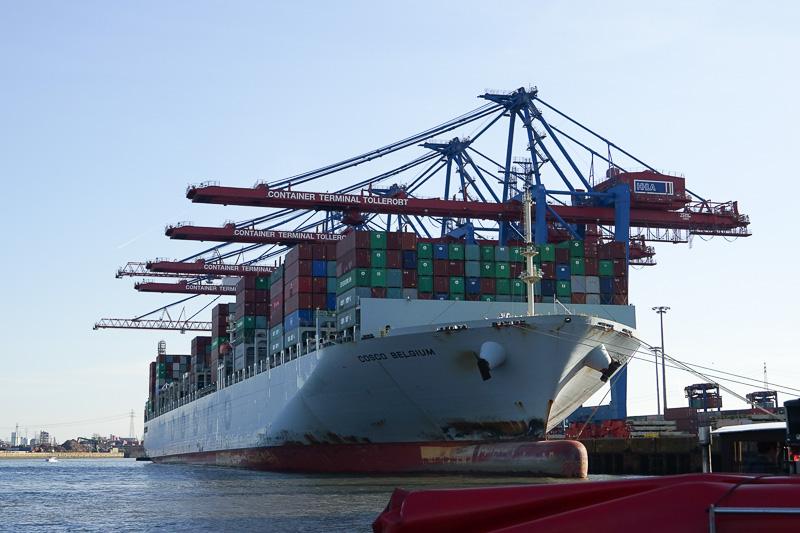 貿易港なので巨大なコンテナ船とクレーンがもちろんある