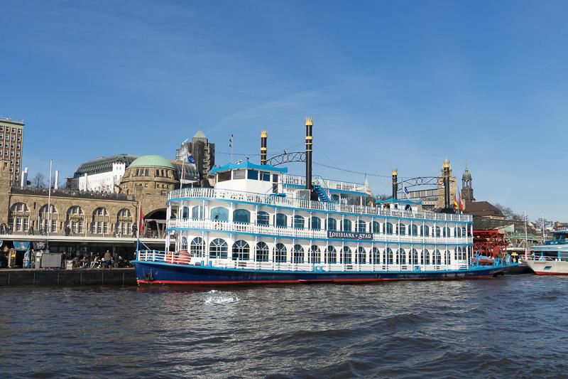 停泊している美しい外輪船ルイジアナ・スター号