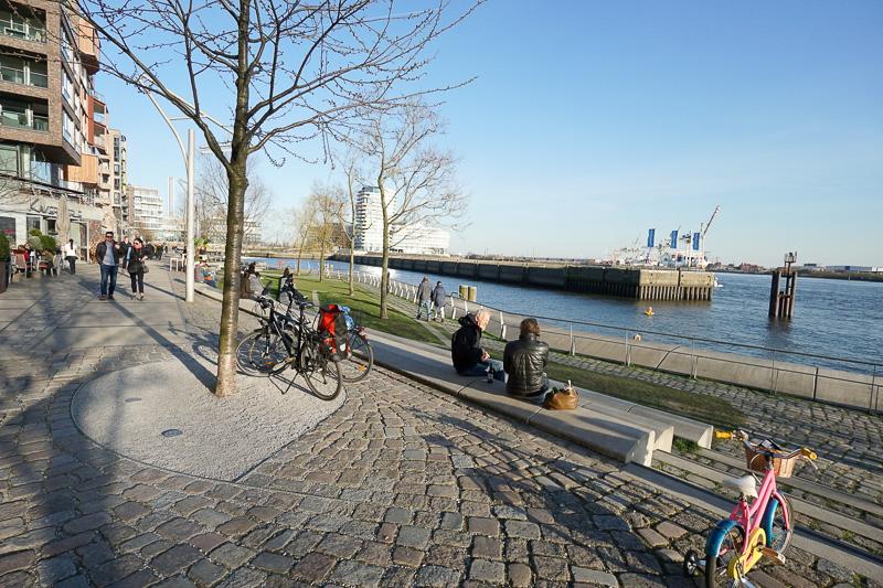 エルプフィルハーモニーから港沿いには、「ダルマンカイ(Dalmannkai)」と呼ばれる遊歩道が続き、景色のよい憩いの場となっている