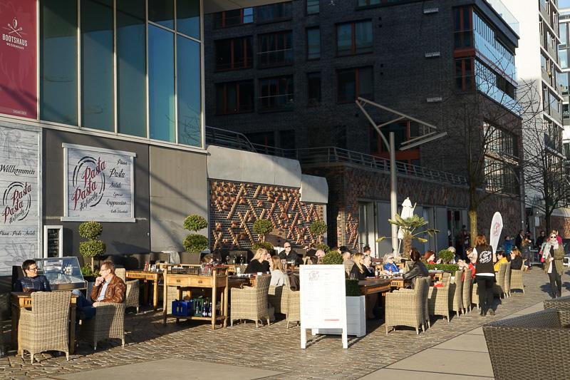 ハンブルクの人々は、屋外で食事をするのが好き。遊歩道にはオープンな飲食店が並ぶ