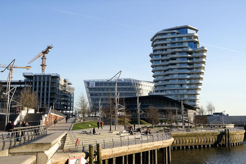 再開発が進んでいる場所。ユニリーバのハンブルク支社「Unilever Haus」と高さのあるのは高級マンション「Marco Polo Tower」