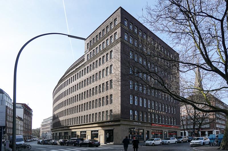 すぐ近くにあるオフィスビル。こちらは装飾をシンプルにしたバウハウス建築の影響が見られる