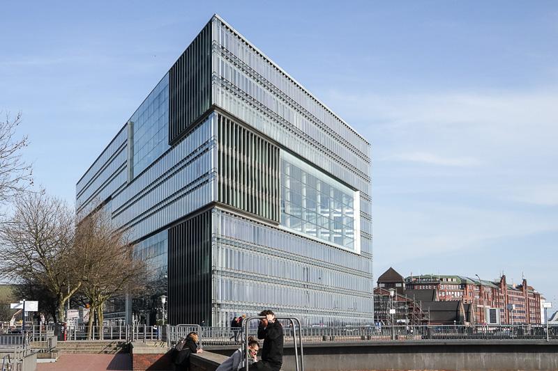 近くには近代のモダンな建築物も多く、新旧の対比が楽しめる。「Deichtor Center」というビジネスセンター