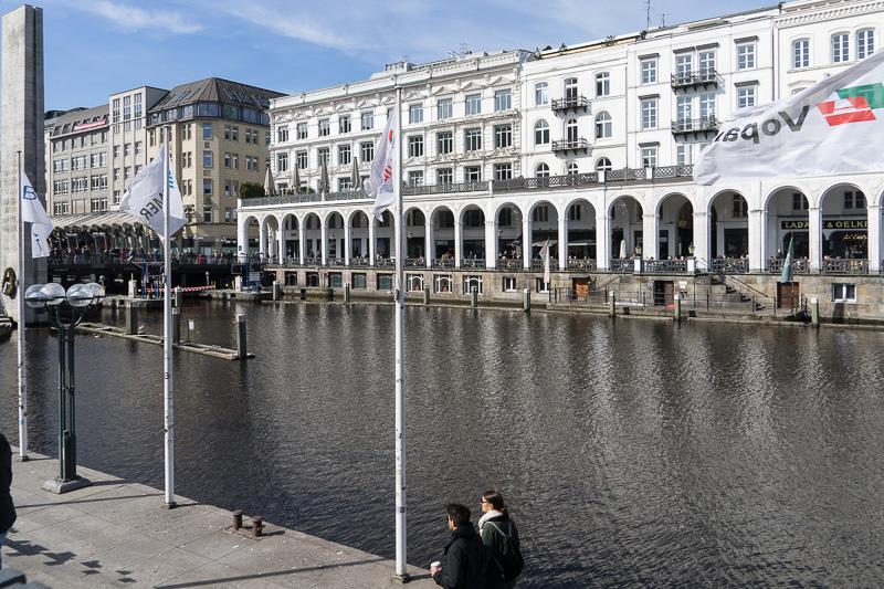 そばには運河があり、イタリアのベニスを思わせる。まったりとした散歩にはうってつけ
