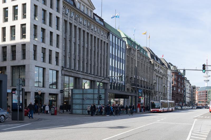 内アルスター湖に面する通り「ユングフェルンシュティーグ(Jungfernstieg)」もショッピングストリートになっている。アップルストアがあった