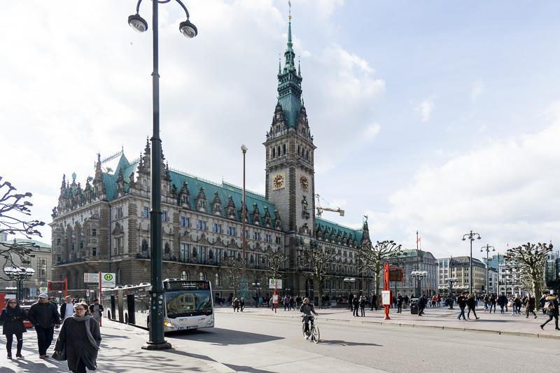アルスターアルカーデンの横にはハンブルク市庁舎がある