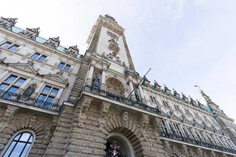ハンブルク市庁舎は、高さが112mあるネオルネサンス様式の豪華で重厚な建築物。内部はツアーに申し込むと見学できる