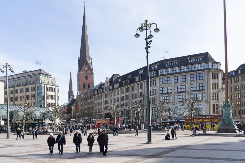 ハンブルク市庁舎前の広場から「聖ペトリ教会(St. Petri)」方面を望んでいる