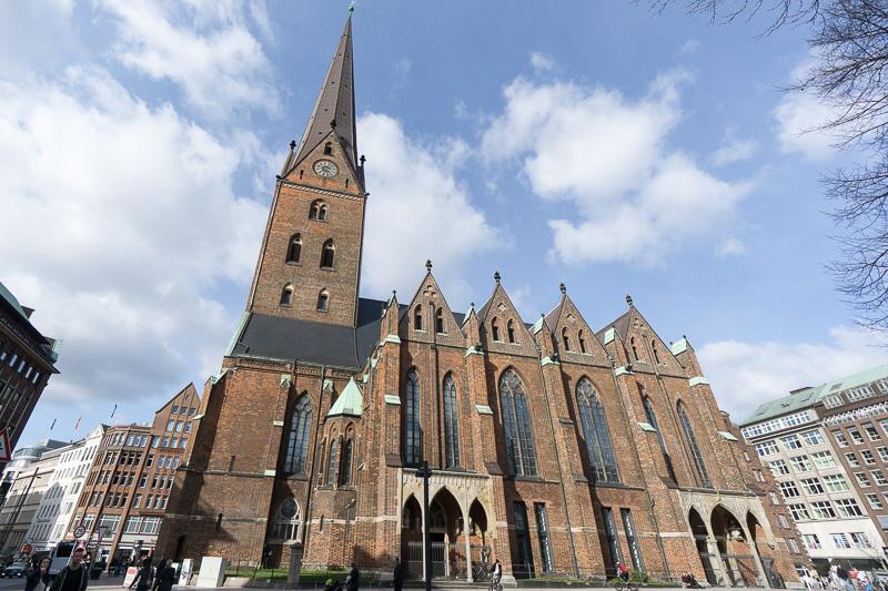 聖ペトリ教会は、11世紀前半からあるとされ、途中大火事でネオ・ゴシック様式で建て替えられている