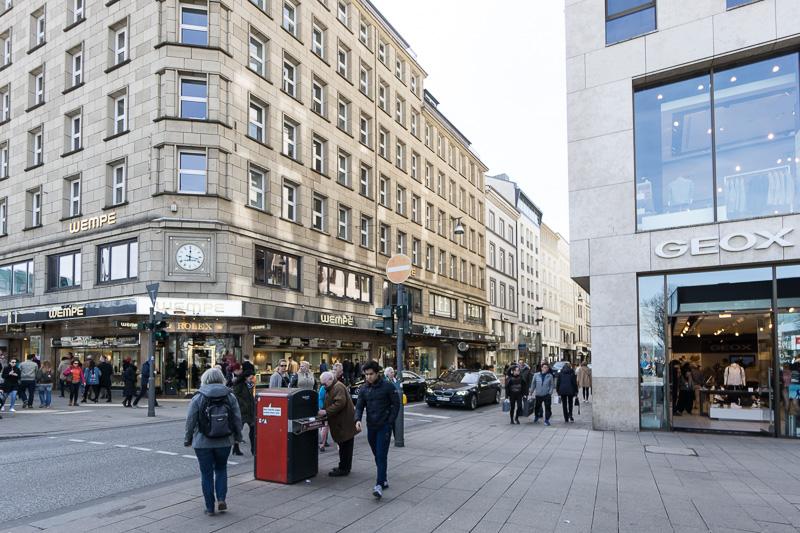 ここはアルスターアルカーデンの建物裏手の通り「ノイアーヴァル(Neuer Wall)」というショッピングストリート