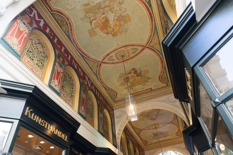 この「メリン(Mellin)パサージュ」は、最も古く1864年からある。復元されたものだがアールデコ調の天井画が美しい
