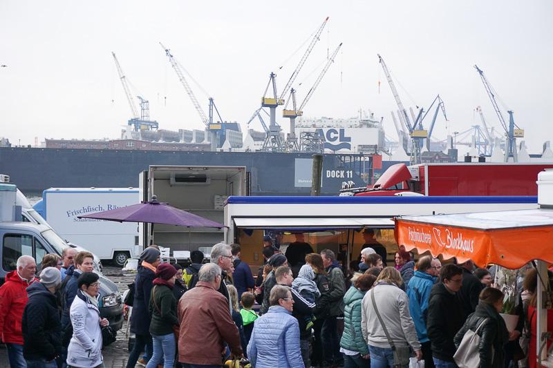 市場は港のすぐ近くにある