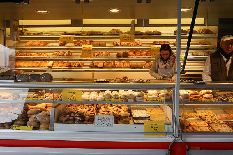 パンやサンドイッチはあちこちで売られている