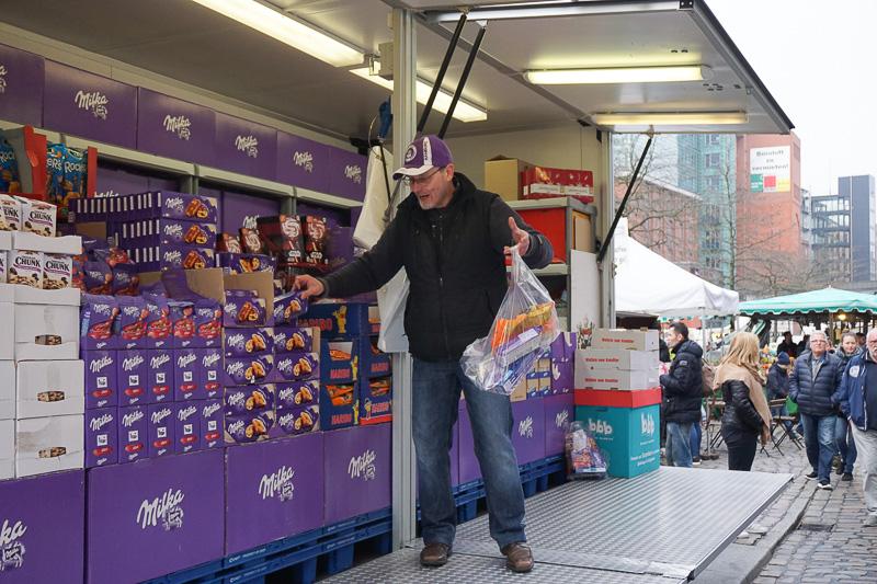 お菓子のたたき売り。10ユーロで袋にどんどん詰めてくれる。リクエストも可