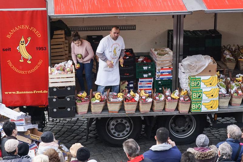 フルーツのたたき売り。バナナを観客の声援に応えて投げている。こちらも10ユーロ。お買い得感がある
