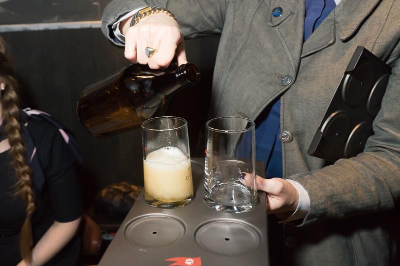 ビールは目の前でグラスに注いでくれる