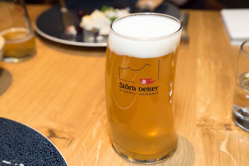 グラスに注がれたStörtebeker。斜めに傾いたデザインのグラスも特徴