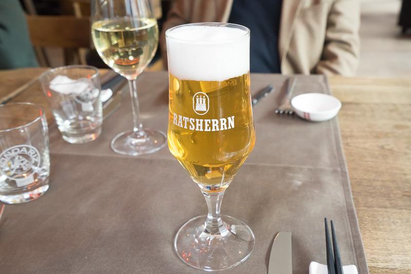 ローカルビールを頼むとハンブルクのRATSHERRNというビールが提供された。スッキリしていて、何杯でもいけそうな飲みやすさ