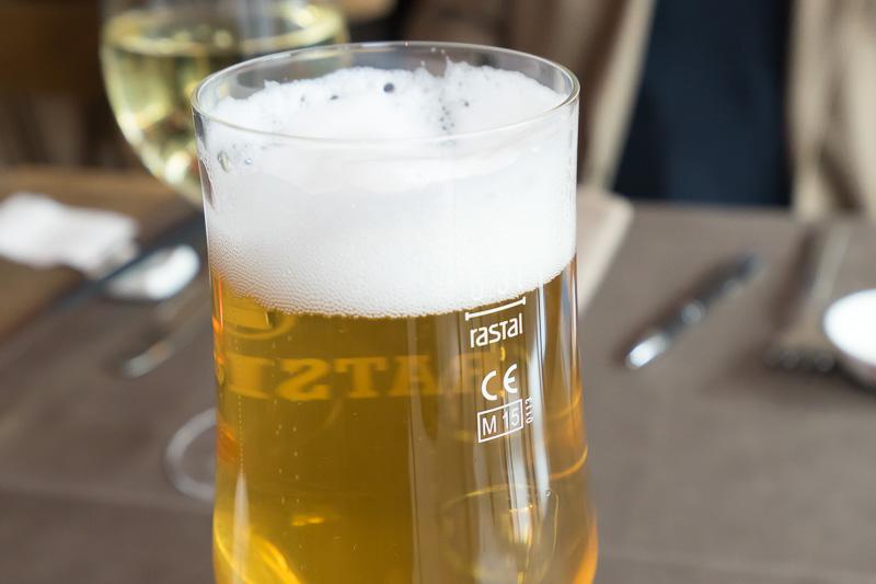 ドイツでは、ビールをグラスに注ぐ分量に決まりごとがあるそうで。グラスには量を示すラインが必ずある。泡がラインより下ではいけない