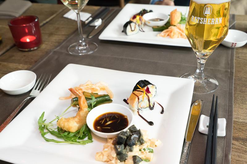 今回のメニューはスモールメニューというもの。前菜の盛り合わせ。天ぷらや巻き寿司風のものが並ぶ
