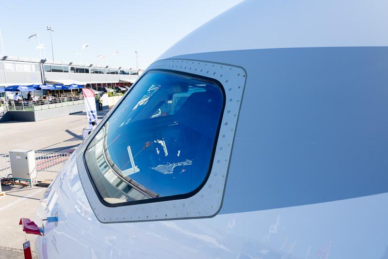 """機体前方のコックピット窓。MRJのハウスカラーの特徴である""""隈取""""がある"""