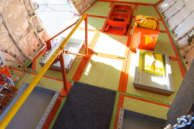 この段差から奥が貨物室。つまり、写真下部は本来、ギャレーやラバトリーがあるところになる