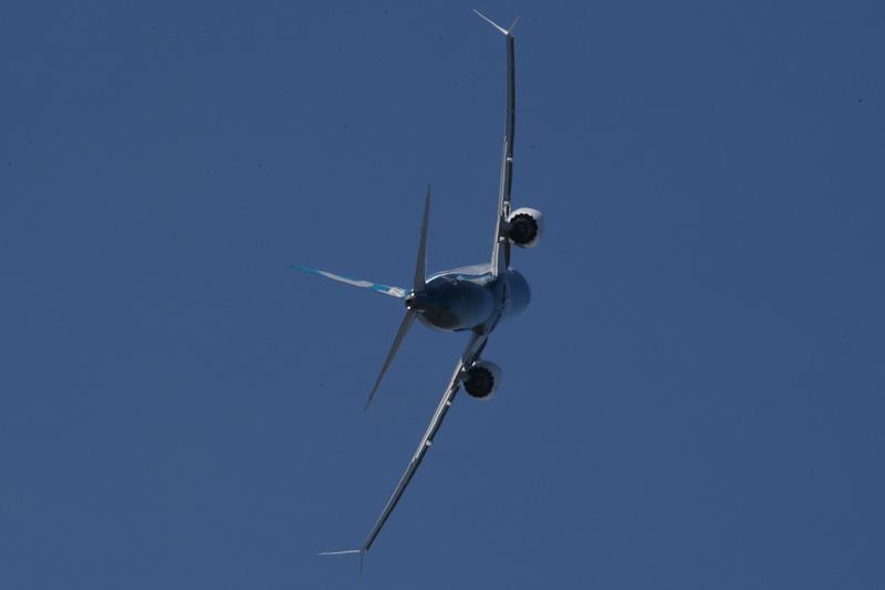 さすがに90度バンクでの旋回とはいかないが、旅客機としてはなかなか見られない旋回を行なっている