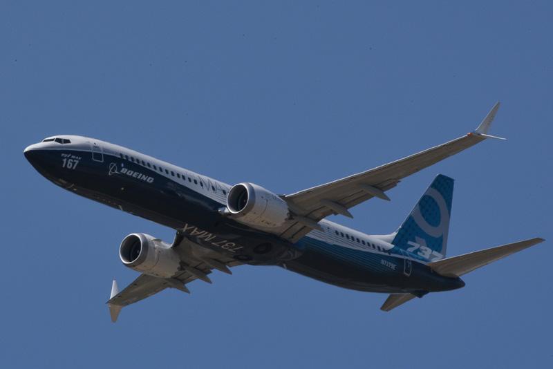 パリ航空ショーでデモフライトを見せる新型旅客機 ボーイング 737 MAX 9型機