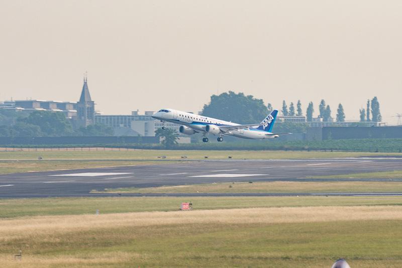 パリ航空ショー2017に展示したANA塗装のMRJ飛行試験3号機「FTA-3(登録記号:JA23MJ)」が会場を出発