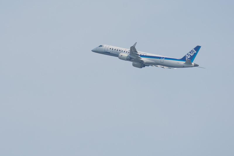 パリ航空ショー2017の会場から飛び立つANA塗装のMRJ飛行試験3号機