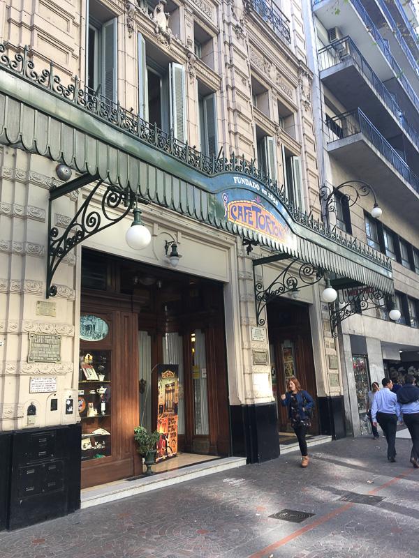 ブエノスアイレス最古のCafe TORTONIの入り口