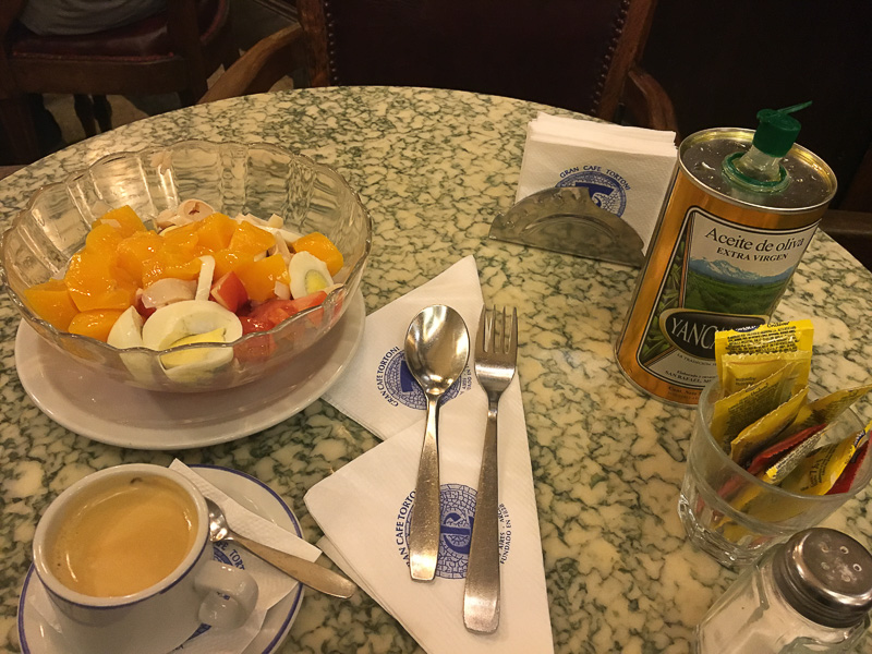 桃とトマトのサラダ。右の大きな缶はオリーブオイルです