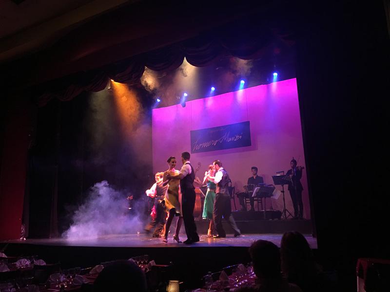 生演奏で4組のペアのタンゴダンス。衣装の色も揃っていてかわいい