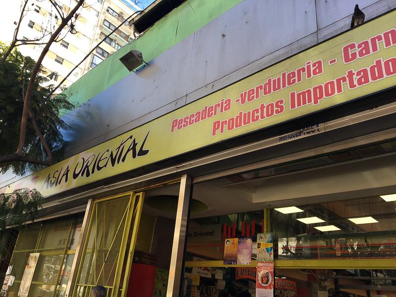 ブエノスアイレスでは珍しい生魚も扱うアジアスーパー